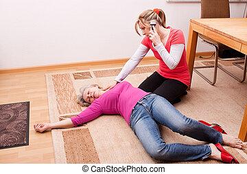 Junge Frau macht einen Notruf