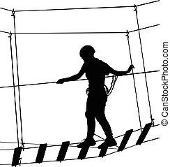 Junge im Abenteuerpark Seilleiter. Silhouette-Abenteuer. Extremer Sportler hat sich mit Seilen erledigt. Sportwochenende Action in Adventure Park Seilleiter.