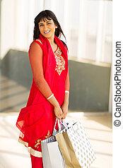 Junge indische Frau im Einkaufszentrum.