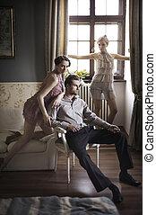Junge männliche und weibliche Models posieren in einem stilvollen Inneren