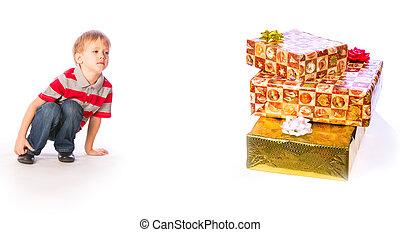 Junge mit Geschenken.