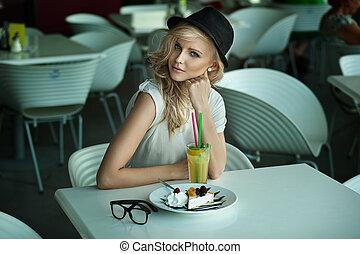 Junge Schönheit in einem Restaurant
