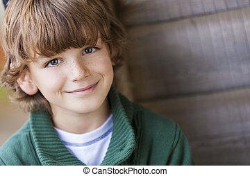 Junger glücklicher Junge, der lächelt.