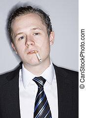 Junger Mann, der raucht