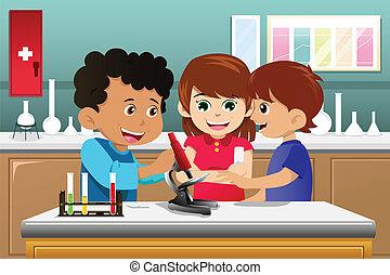 Kinder lernen Wissenschaft in einem Labor.