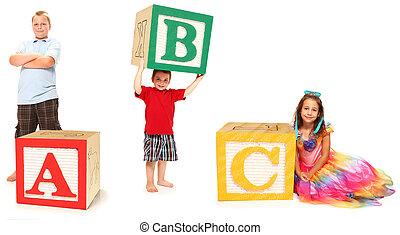 Kinder mit ABC in alphabetischen Blöcken
