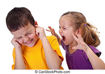 Kinder streiten sich - das kleine Mädchen schreit im Zorn