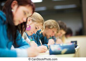 klassenzimmer, paßte, image), voll, schueler, sitzen, studenten, (shallow, farbe, dof;, hochschule, weibliche , hübsch, prüfung
