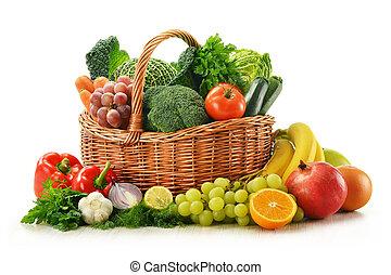 Komposition mit Gemüse und Obst im Korb, isoliert auf weiß