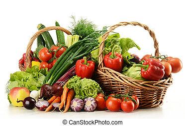 Komposition mit rohem Gemüse und Korb