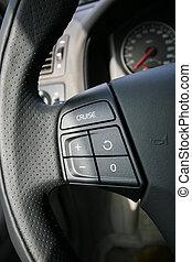 Kontrollknöpfe auf dem Lenkrad eines Autos.