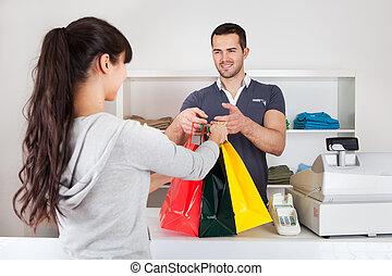 Kunden kaufen Kleider im Laden