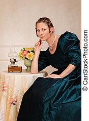 Lächelnde Viktorianische Frau sitzt.
