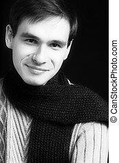Lächelnder Mann mit dem Schal