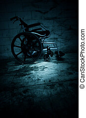 Leererer Rollstuhl im Geisterhaus.