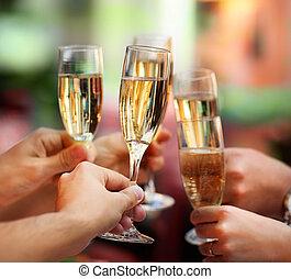 Leute mit Champagnergläsern, die einen Toast ausbringen