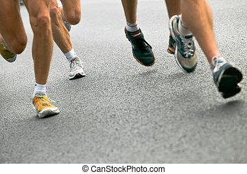 Leute rennen im Stadtmarathon