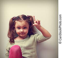 Lustige Emotion, Mädchen mit guter Idee, mit Finger zu zeigen. Nahaufnahmeporträt