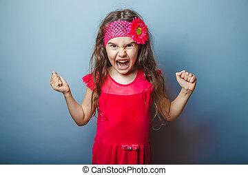 Mädchen-europäisches Aussehen behaarte Kind von sieben in rot leuchtenden Farben.