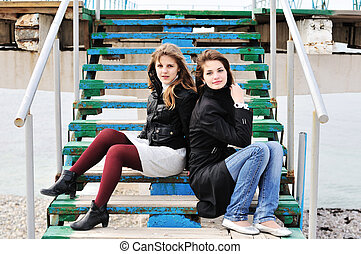 Mädchen sitzen auf der Treppe