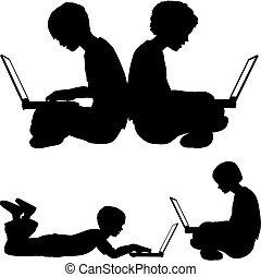 Mädchen und Junge benutzen Laptops, die auf dem Boden liegen