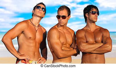 Männer entspannen sich am Strand