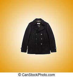 Männlicher Mantel gegen den Gradienten.