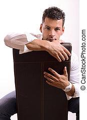 Mann auf dem Stuhl