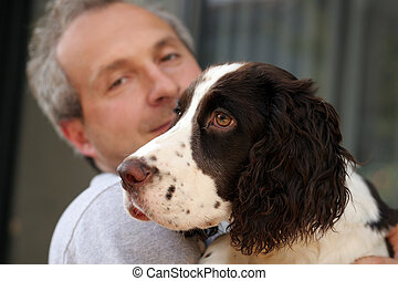 Mann hält seinen Hund