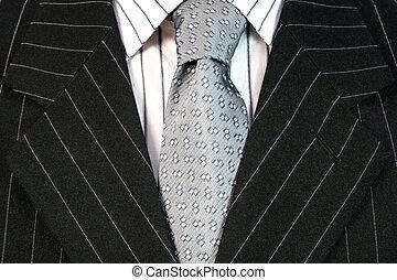 Mann im schwarzen Anzug