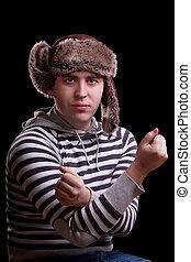 Mann in einem gestreiften Pullover