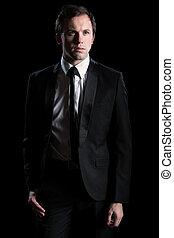 Mann in schwarzem Anzug