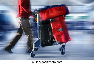 Mann mit roten Taschen am Flughafen.