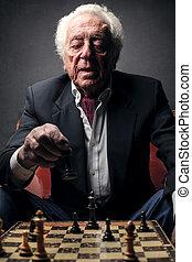 Mann spielt Schach.