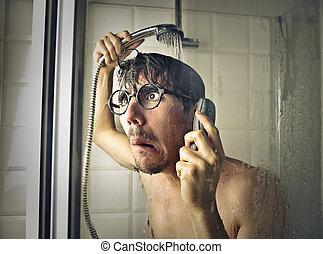 Mann unter der Dusche.
