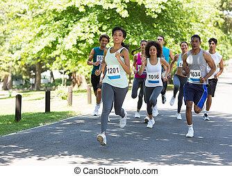Marathon-Athleten laufen.