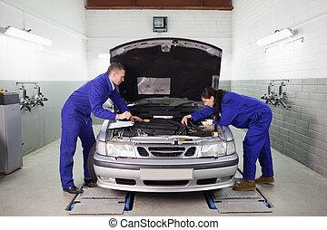 Mechaniker schauen auf den Motor