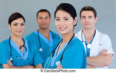Medizinisches Team lächelt in die Kamera