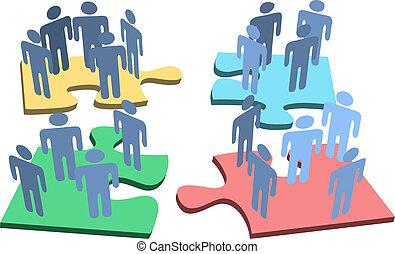Menschen organisieren Puzzleteile.