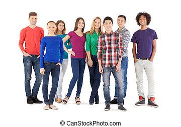 Menschen. Volle Länge fröhlicher junger Leute, die vor der Kamera lächeln, während sie isoliert auf weiß stehen