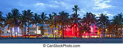 Miami Beach, Florida Hotels und Restaurants bei Sonnenuntergang am Ocean Drive, weltberühmtes Ziel für Nachtleben, schönes Wetter, Art Deco Architektur und makellose Strände
