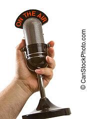 Mikrofon in der Hand über weiß
