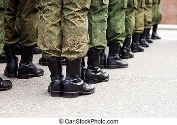 Militärische Soldatenreihe.