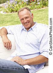 Mittelalter Mann entspannt sich im Garten