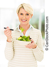 Mitten im Alter essen Frauen Salat.