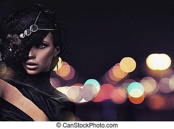 Modefrau im Hintergrund.