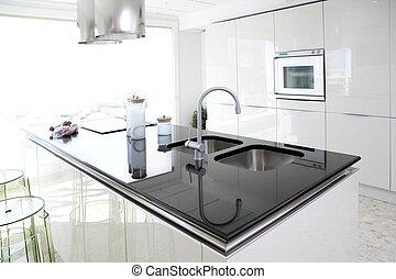 Moderne weiße Küche, saubere Innenausstattung