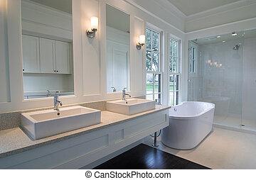 Modernes weißes Badezimmer