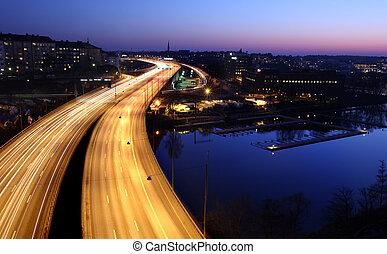 Nachts Autos mit Bewegungsmix. Stockholm City