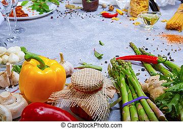 Nahaufnahme des Küchentischs mit farbigem Rohgemüse und Würzung. Eine Vielzahl von Zutaten auf einem Stein Hintergrund.